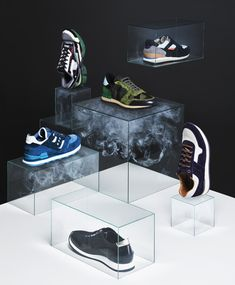 Glass cubes display with trapped smoke giving a floating sense to the displays. Used to display trainers in this image but would be an effective way to display any product. Visual Display, Display Design, Store Design, Foto Still, Fashion Still Life, Exhibition Display, Still Life Photography, Fashion Photography, Branding