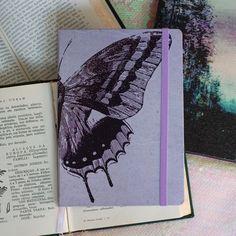 💫Caderno Borboleta A Quimera! 🦋💜✨ Caderno mágico para ser seu diário, caderno de anotações, bujo ou planner! A venda no nosso site nos…