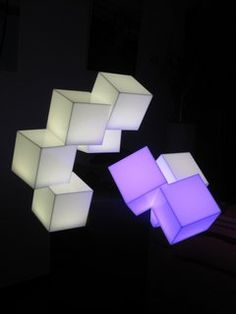 Escultura de metacrilato iluminada con LEDs RGB.