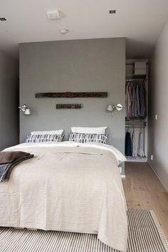 Utiliser la tête de lit pour créer le dressing, la solution pour les petits espaces. http://www.edifit #DressingChambre #DressingSuiteParentale