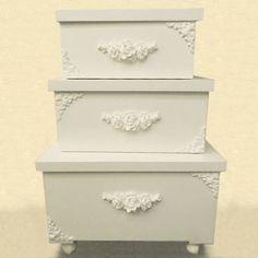 Lugar para tudo! Um bom quarto de bebê deve ser limpo,organizado e ter boa circulação,portanto,estas caixas de vários tamanhos e modelos,além de ser um ítem bacana na decoração,deixam o dia-a-dia mais prático.  @daniele_assessoriagestante  este trio é da linha Provençal...dando um toque de charme através das caixas!! #decoraçãobebê#gestante. #acessórios#maedemenina #projetomaesarada.  #quartodebebe#babydicas. #roteirobaby#novasmamães