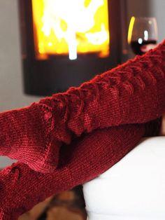 VIININPUNAISET PITKÄT PITSISUKAT · Kristallikimara Socks, Knitting, Fashion, Hosiery, Moda, Tricot, Cast On Knitting, Fasion, Stockings