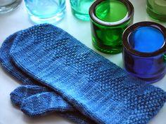 Pehmeitä paketteja: lapaset #mittenS:-) Fingerless Mittens, Knit Mittens, Knitting Socks, Knitted Hats, Knit Socks, Knitting Charts, Knitting Patterns, Wrist Warmers, Sewing