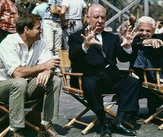 """Rod Taylor y Alfred Hitchcock durante el rodaje de """"Los Pájaros"""", 1963"""