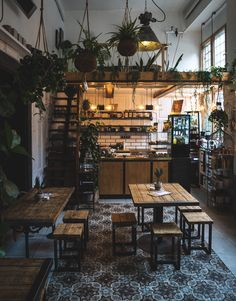 Five insider café tips in Berlin Mitte - Whether for a coffee in the cold season or a refreshment in the summer – the diversity of Berlin& - Berlin Tips, Berlin Cafe, Restaurant Berlin, Coffee Shop Interior Design, Cafe Design, Simple Cafe, Vegan Cafe, Vintage Cafe, Red Bedding