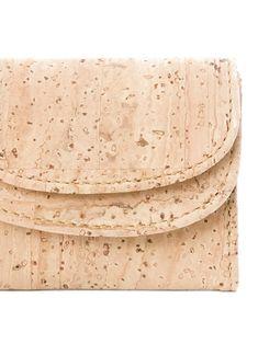 """Geldbörse """"Lamellas"""" aus Kork mit Noten- und Kleingeldfach! Natürliches Korkprodukt aus Portugal. Handgefertigt und wasserabweisend. Nachhaltig und fair produziert. Weiche Haptik und hochwertige Verarbeitung. Für deinen grünen Lifestyle! Jetzt bestellen: www.korkeria.ch / #kork #korkwaren #korkartikel #korkmode #veganemode Continental Wallet, Portugal, Bags, Fashion, Vegan Fashion, Laptop Tote, Fanny Pack, Natural Colors, Sheet Music"""