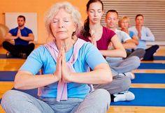 Según un estudio, las mujeres con menopausia que padecen insomnio podrían dormir mejor practicando yoga y haciendo ejercicio aeróbico.