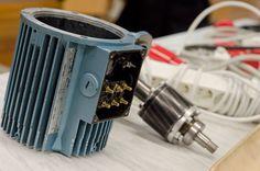 Automaatioasentajat työskentelevät teollisuuden ja kiinteistöjen automaatioon, sähkötekniikkaan ja elektroniikkaan liittyvissä asennus,- käyttöönotto- ja kunnossapitotehtävissä. Teollisuuden koneiden, laitteiden sekä automaatiojärjestelmien käytössä, kunnossapidossa ja huollossa tarvitaan laajaa sähköalan osaamista.