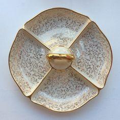 kultareunainen keraaminen tarjoiluvati kullatulla kantokahvalla . halkaisija 29cm . #koopernu