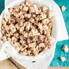 Knuspriges Kokos-Popcorn mit Zartbitterschokolade