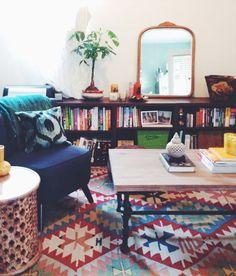 Salon kilim - tapis - miroir- fauteuil - livres - bibliothèque - décoration bobo hipster