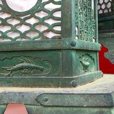 Япония в деталях: креветки на знаменитых фонарях святилища Касуга в Нара. #Япония #креветки  #фонари #долголетие #древности  #Нара #туры_в_японию #мидокоро #детали #культура