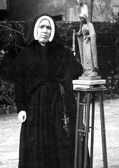 Note the statue of Our Lady of Fatima next to Sister Lucia.  THIS ONE was made according to her directions.