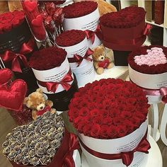 bouquet of flowers Beautiful Roses, Pretty Flowers, Million Roses, Romantic Surprise, Surprise Proposal, Romantic Gifts, Birthday Goals, Luxury Flowers, Valentines Day