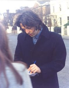 Paul signing an autograph ♡