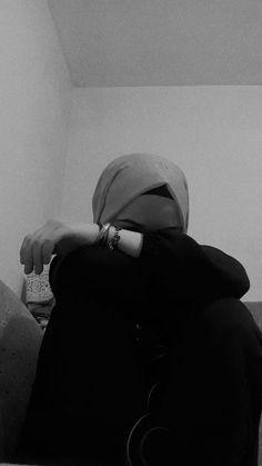 Cute Girl Photo, Girl Photo Poses, Girl Photography Poses, Sad Anime Girl, Manga Anime Girl, Beautiful Muslim Women, Beautiful Hijab, Hijabi Girl, Girl Hijab