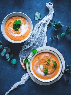 Tomaatti-kookos-linssikeitto (V, GF) – Viimeistä murua myöten Veggie Recipes, Vegetarian Recipes, Cooking Recipes, Healthy Recipes, Healthy Food, Healthy Eating, Naan, Vegan Soups, Vegan Food