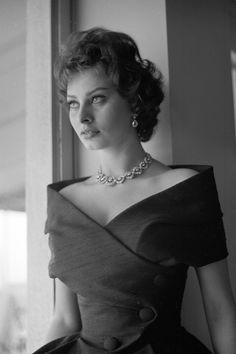 "Sophia Loren 1958 (HarpersBazaar ""Reliving the Italian icon's most glamorous looks"") Hollywood Glamour, Old Hollywood, Sophia Loren Images, Italian Actress, Italian Beauty, Marlene Dietrich, Mode Vintage, Brigitte Bardot, 1950s Fashion"