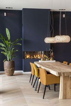 Pour une ambiance chaleureuse et élégante, l'association du bleu indigo et du jaune moutarde est parfaitement adaptée.