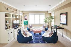 poufs blanc et bleu en forme de fauteuils poire dans le salon avec coin de jeu