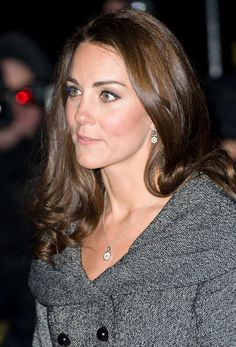 Discreet and classic, the Duchess of Cambridge has a few items she can reach for on many different occasions. Her Asprey 167 button diamond pavé pendant Kate Middleton Schmuck, Kate Middleton Makeup, Kate Middleton Jewelry, Pippa Middleton Style, Prince Harry And Megan, Prince William And Catherine, Duchess Kate, Duchess Of Cambridge, Kate And Pippa