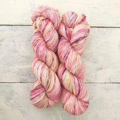 手染めの1点ものになります。かせの中心より2つ折りで染めています。靴下など対になるものは柄合わせが容易です。イメージは山田耕筰の歌曲集「風に寄せてうたへる春のうた」より「たたへよ、しらべよ、歌ひつれよ」です。桜色や菫色といった令和慶祝カラーを交えてみまし... Hand Dyed Yarn