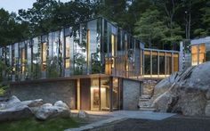 Casa nel bosco fatta di bosco - Pound Ridge New York La casa è ancorata al terreno mediante pareti rivestite in pietra locale, collegamento simbolico alle creste rocciose e citazione dei vecchi muretti qui ancora esistenti. Quattro materiali (rame zinc