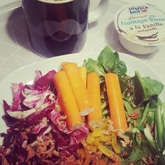 Salade composée: peinard marche choux rouge bâtonnet crabe oignon frit et fromage blanc vanillé