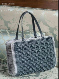 "Que belleza amo el crochet y ""This post was discovered by Kai"", ""Discover thousands of images about Grey bag"" Crochet Wallet, Crochet Clutch, Crochet Handbags, Crochet Purses, Crochet Bags, Summer Tote Bags, Crochet Shell Stitch, Macrame Bag, Knitted Bags"