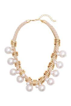 Collier court: Collier court composé d'une chaîne en maille serpent et d'un cordon torsadé en coton. Modèle orné d'anneaux en métal et de perles en plastique de différentes tailles. Longueur réglable 44-50 cm.