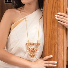Team it with a simple outfit and you add the ethnic touch to your ensemble effortlessly. Royal Jewelry, Indian Jewelry, Gold Pendent, Pendant, South Indian Mangalsutra, Choice Fashion, Gold Choker Necklace, Silver Necklaces, Stylish Sarees