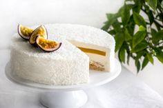 La recette de l'entremets coco, mangue et passion aux saveurs exotiques, frais et légèrement acidulé. Il se compose d'un biscuit dacquoise coco, d'un croustillant coco, d'un insert à la mangue et au fruit de la passion et d'une mousse coco.