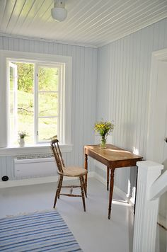 A sitting place by a bright window in a slightly blue wood house Swedish Cottage, Cottage Style, Swedish House, Home Interior, Interior And Exterior, Interior Design, Blue Wood, White Wood, Cottage Interiors