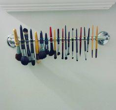 Não sabe onde secar seus pincéis de maquiagem? Pendure-os em seu toalheiro com pequenos elásticos de cabelo. | 13 truques que vale a pena tentar mesmo que eles sejam estranhos
