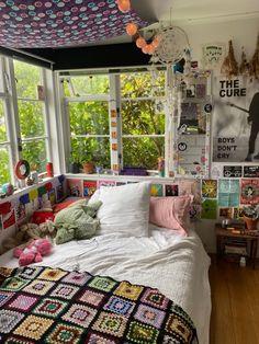 Indie Room Decor, Cute Room Decor, Aesthetic Room Decor, Room Design Bedroom, Room Ideas Bedroom, Bedroom Inspo, Retro Room, Cozy Room, Dream Rooms