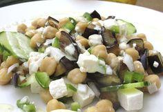 Ensalada de garbanzos al estilo griego .Con queso fresco cortado en cubos , aceitunas negras y hojas de albahaca . Condimentamos con aceite de oliva . . .