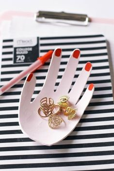 hand van zelfdrogende klei Diy Jewelry Holder, Diy Jewelry Making, Diy And Crafts Sewing, Diy Craft Projects, Clay Projects, Craft Tutorials, Fimo Clay, Ceramic Clay, Jewelry Dish