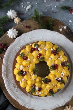Vill du ha receptet på julens juligaste pepparkakskrans med saffranskräm nu så du har faktiskt tid att baka den till julen? Len saffran och färskost kräm på mjuka pepparkaksbottnar toppade med sockrade lingon och krossad maräng. Tror jag vet svaret på frågan. Vilken varm känsla det var i köket igår kväll när dofterna av pepparkakor… Christmas Sweets, Christmas Goodies, Christmas Baking, Christmas Ideas, Candy Recipes, Sweet Recipes, Sweet Cooking, Cake Bites, Number Cakes