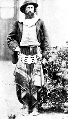 Gaucho argentino en 1870, nótese como sus pantalones están cubiertos por un chiripá.