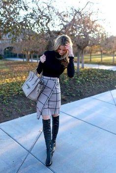 Серая юбка, черная водолазка, черные сапоги