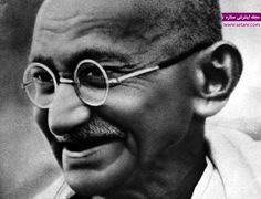 وقتی به زندگی شخصی مهاتما گاندی نگاه میکنید، ممکن است نکته قابل توجهی پیدا نکنید اما با نگاهی به زندگی سیاسی او خواهید فهمید که این مرد بزرگ، مهمترین تاثیر را در به دست آوردن استقلال کشور هند داشته است. با ادای احترام به این رهبر فقید، نقاط عطف زندگی اورا بررسی میکنیم