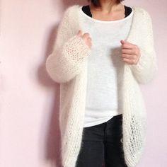 J'ai dû apprendre le tricot lorsque j'avais 8 ou 9 ans, à l'école. Je n'ai jamais touché d'aiguilles de façon sérieuse depuis. Mais l'envie de pouvoir me faire quelque chose moi-même me tentait drôlement depuis quelques temps. Il fallait donc que j'essaie… C'est vrai quela laine et moi, ce n'est pas le grand amour. Ça …