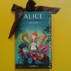 Nessa semana o @caminhandoentrelivros apresenta como o Clássico da Semana o livroAlice no País das Maravilhas (Alice in Wonderland) cujo título original eraAs Aventuras de Alice no País das Maravilhas (Alice's Adventures in Wonderland)e foi publicado pelo professorde matemática de Oxford Charles Lutwidge Dodgsonem4 de julho de1865sob o pseudônimo deLewis Carrol. O livro conta a história de uma menina chamada Alice que cai numa toca de coelho que a transporta para um lugar…