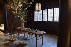alfie lin design / installation at amanfayun resort, zhejiang hangzhou 杭州安縵法雲 Chinese Architecture, Architecture Design, Zen Interiors, Modern Asian, Flower Fashion, Ping Pong Table, Wabi Sabi, Ikebana, Chinese Style