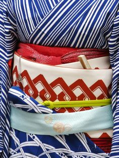 The Japanese kimono can be considered a very elaborate form of binding, although the obi (belt) goes around the lower torso, the chest is bound by the sarashi. Japanese Design, Japanese Style, Japanese Fashion, Japanese Geisha, Japanese Beauty, Traditional Japanese, Japanese Art, Kimono Tradicional, Mode Kimono