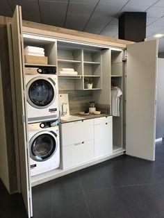 Lavar, planchar, secar... son tediosas tareas que se hacen más confortables teniendo una zona de lavado.   En este proyecto no podían faltar electrodomésticos como la lavadora o la secadora, con una colocación en columna para aprovechar mejor el espacio.  El fregadero, para poder lavar una prenda a mano o para quitar manchas difíciles, un montón de espacio gracias a los muebles extraíbles y abiertos, una barra perchero para colgar la ropa, etc. Laundry Room Layouts, Small Laundry Rooms, Laundry Room Organization, Laundry Room Design, Living Room Decor Inspiration, Laundry Room Inspiration, European Laundry, Küchen Design, Design Ideas