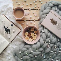Cozy winterdays. blanket, notebook, coffee, cereals, marshmallows Foto: @imjustahuman