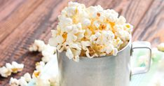 Check out seven delicious and healthy recipes for homemade popcorn seasoning. Ranch, spicy chipotle, parmesan rosemary, matcha sea salt and more. Homemade Popcorn Seasoning, Flavored Popcorn, Homemade Seasonings, Popcorn Recipes, Low Fat Snacks, No Calorie Snacks, Cinnamon Sugar Popcorn, Organic Popcorn