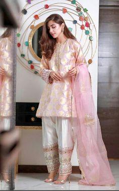 Pakistani Dresses Source by dress pakistani Pakistani Party Wear Dresses, Simple Pakistani Dresses, Shadi Dresses, Pakistani Fashion Casual, Pakistani Wedding Outfits, Designer Party Wear Dresses, Pakistani Dress Design, Indian Designer Outfits, Indian Outfits
