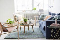 Rento sohva ja kauniit huonekalut luovat viihtyisän olohuoneen